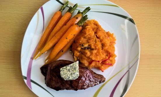 Steak mit Karotten und Kartoffelstampf