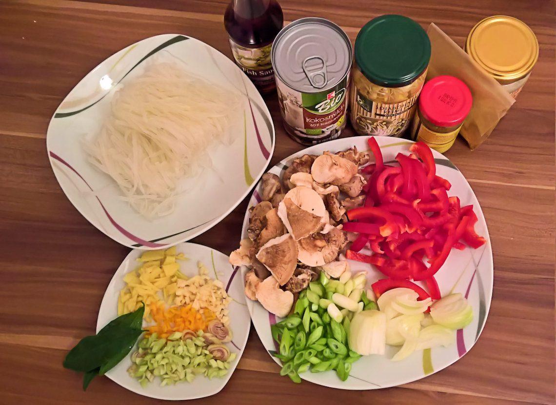 Nấm Phở sốt cà ri cay mit Bánh phở, Saucen, Gemüse und Gewürzen